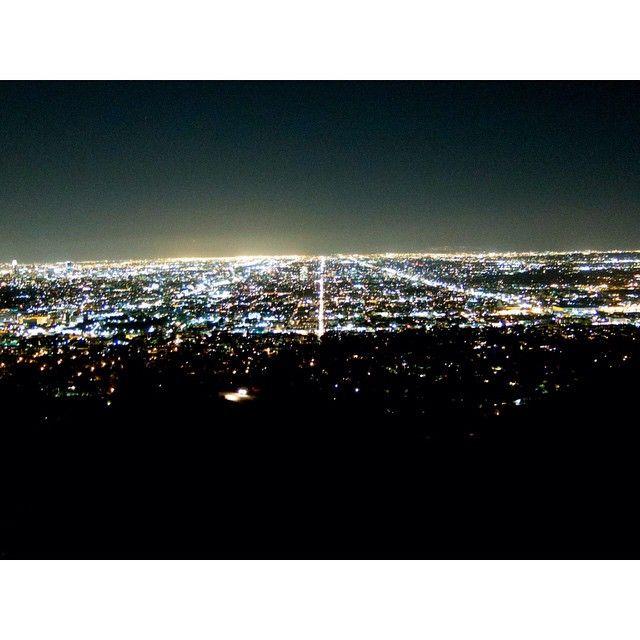 GRAND FINALE AT @BURBERRY FASHION SHOW WITH THE VIEW OF LOS ANGELES.  GRAN FINAL CON LA VISTA DE LOS ANGELES EN EL DESFILE DE @BURBERRY.