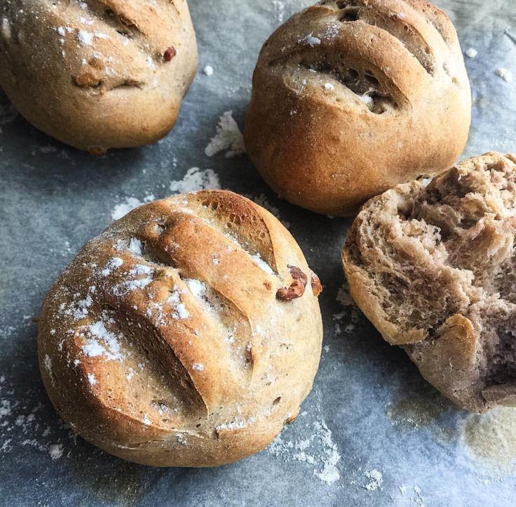 Petits pains de campagne individuels aux noix