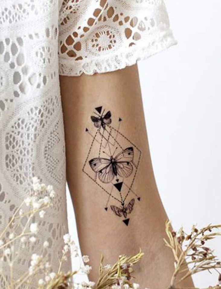 les 25 meilleures id es concernant tatouage papillon sur pinterest tatouage papillon poignet. Black Bedroom Furniture Sets. Home Design Ideas