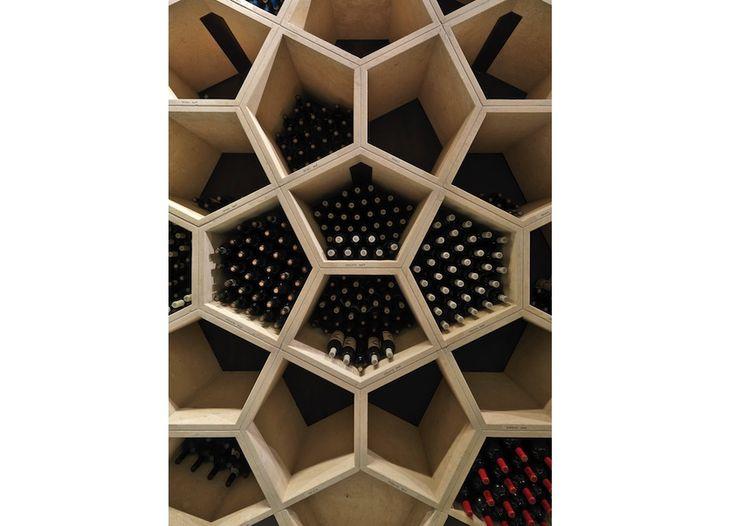 Cantina Zýmē: foglie di vite e logo aziendale si riflettono in pentagoni in pietra naturale