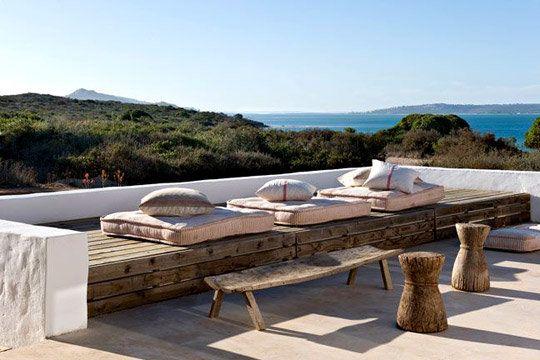 Maison de vacances au bout du monde : Sur la terrasse, on s'abandonne sur des matelas