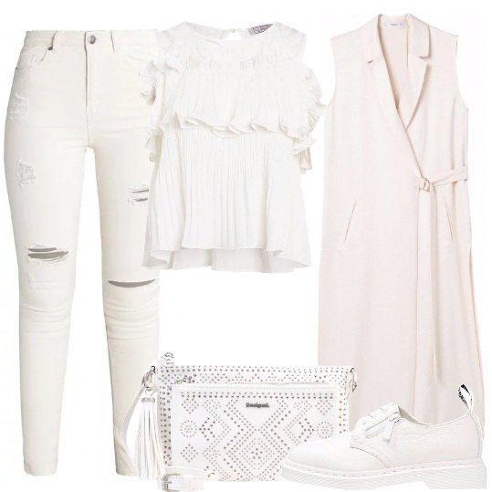 Jeans in denim bianco con strappi, blusa con gale e pizzi e scollo tondo, gilet lungo con chiusura laterale, stringate con suola in gomma, borsa con lavorazione traforata.