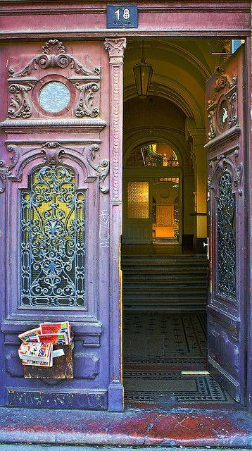 Antigas portas em Budapeste,  Hungria.