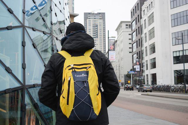 Zaino da viaggio Canadian, lo zaino è leggerissimo e facilmente ripiegabile per stare nel trolley ed essere utilizzato solo quando serve. Qui con Fabio per le strade di Endhoven
