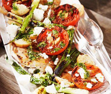 Fräsch sallad med grillad tomat och salladslök. Gott tillbehör till grillat, särskilt grillad kyckling. Toppa de grillade grönsakerna med smulad fetaost, knaprig crostini och dressing av olivolja med persilja, citron, vitlök och rucola.