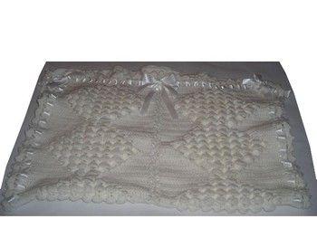 Superbe Couverture pour Bébé, fait mains au crochet Indispensable pour garder Bébé bien au chaud, pour les petits câlins, pour lui donner le biberon, ou juste pour l'envelopper. Cette jolie couverture vous servira pour le berceau, le landau, le couffin, etc... De couleur blanche. Longueur : 82 cm Largeur : 56 cm Ornée de nœud et de ruban en satin blanc. Laine utilisée : cheval blanc pour bébé : 100% acrylique. Idéal pour faire un Cadeau de Naissance, de Baptême.  A offrir ou à s'offrir