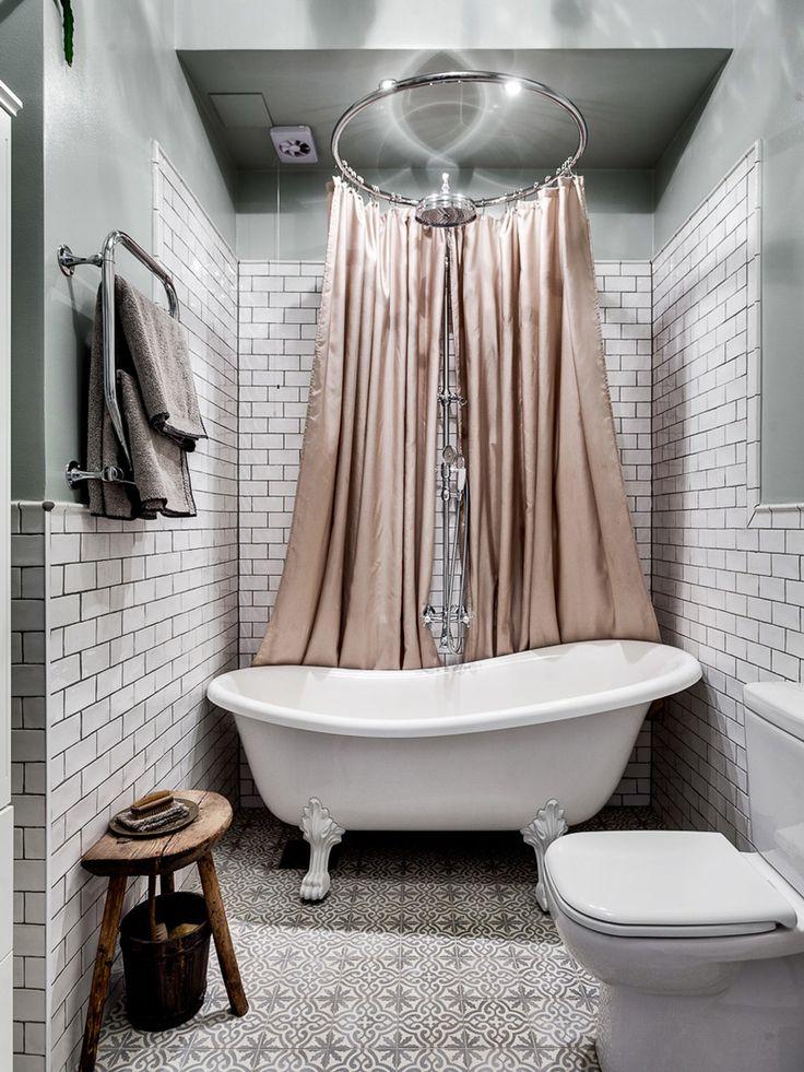 Sugen på att skapa ett romantiskt badrum? Då tycker vi att du ska spana in detta badrum med inspirerande detaljer såsom duschring och vitrinskåp!