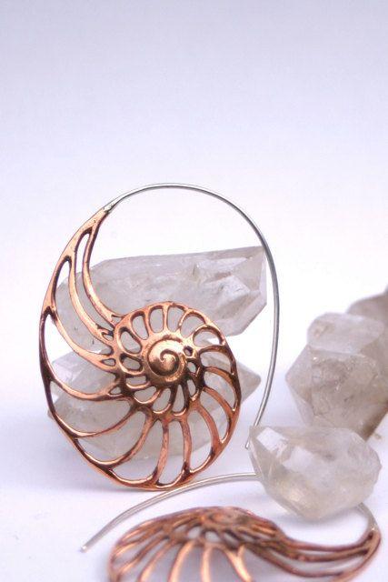 Diseño de la cáscara del Nautilus en cobre sólido con oreja-hilos de plata. Hecho a mano con una convexidad al diseño que añade a la belleza orgánica y