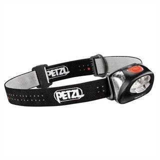 Hodelykten fra Petzl er den samme som Lars bruker på sine ekspedisjoner. Fordelene med Tikka er mange: De tre små batteriene varer i mange timer. Skifte av pære forekommer ikke. Vekten og volumet merkes knapt.