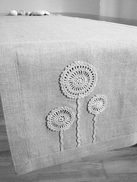 Camino de mesa de lino natural decorado con flores hechas a