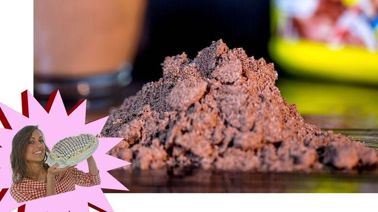 Cioccolato Solubile Tipo Nesquik® Fatto in CasaIngredienti Ricetta 20 g di zucchero di canna 30 g di zucchero 20 g di cacao amaro 35 g di fecola di patate 100 g di cioccolato fondente Facoltativo: 20 g di latte in polvere  Preparazione Nesquik® Fatto in Casa - Cioccolato Solubile  1. Riporre le lame del frullatore in congelatore per 5 minuti. Nel frattempo, pesare accuratamente gli ingredienti.  2. Con il coltello, tritare il cioccolato fondente per ridurlo a pezzetti.  3. Nel contenitore di…