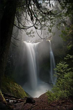 Fall Creek Falls é a mais alta queda livre cachoeira leste do rio Mississippi.  As quedas estão localizados perto de Spencer, Tennessee em Fall Creek Falls State Park.  por MyohoDane