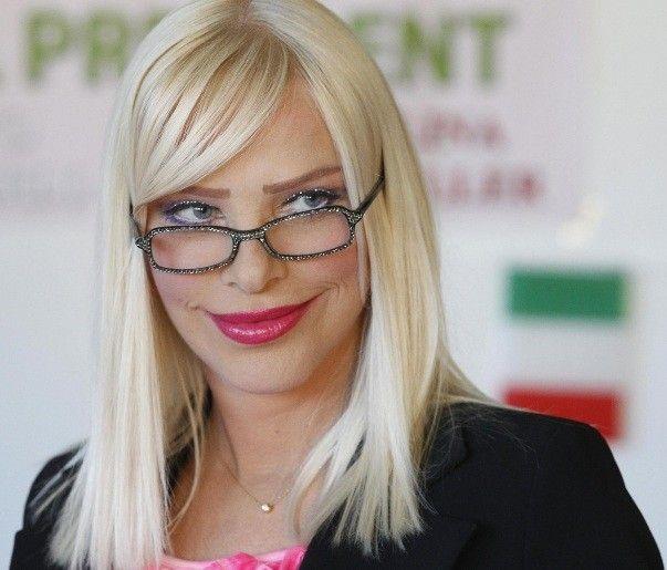 Cicciolina, a estrela pornô de 65 anos, estrela ensaio ao lado de Francesco Vezzoli em revista italiana (Foto: Reprodução)