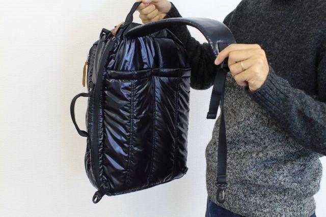 15インチノートパソコン用 バックパック 背面にあるポケットから何やらでてきます。これをバッグの一部に取り付けることで、リュックになります!!