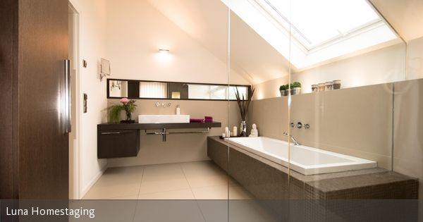 In der Mitte eine große Leuchte, am Spiegel indirekte Strahlen, im - spots für badezimmer