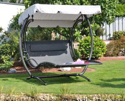 Schwebender Luxus für Wellness im eigenen Garten. Das Dach der Liege schützt vor starken Sonnenstrahlen und eine seitliche Halterung am Gestell der Liege bietet eine kleine Ablagefläche für Getränke. http://www.plus.de/p-1518760000?RefID=SOC_pn