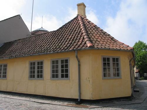 Hans Christian Andersen's - så jeg som voksen og husker stadig følelsen af, at det godt nok var småt. #visitfyn