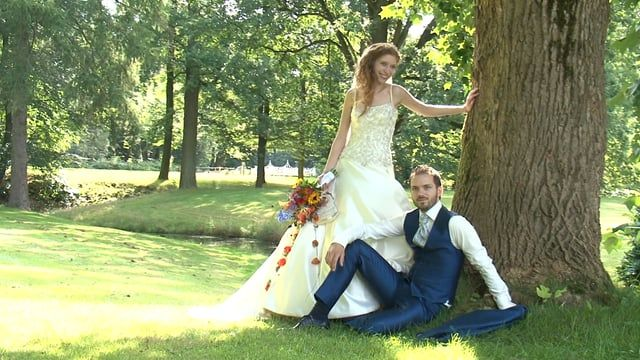 Erik & Jisca kozen ervoor om op dinsdag te trouwen op de fantastische locatie Kasteel Hoekelum te Ede. Ook mochten wij hier de reportage verzorgen en maakten uiteraard ook  een korte impressie van de eerste uurtjes van de dag die 's avonds vertoond werd voor alle gasten.
