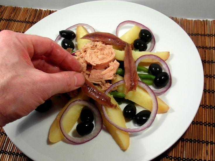 Nizzai saláta recept: Nizzai saláta recept: Karácsonykor akár lehet egy ünnepi előétel is, hiszen kétféle hal is van benne.
