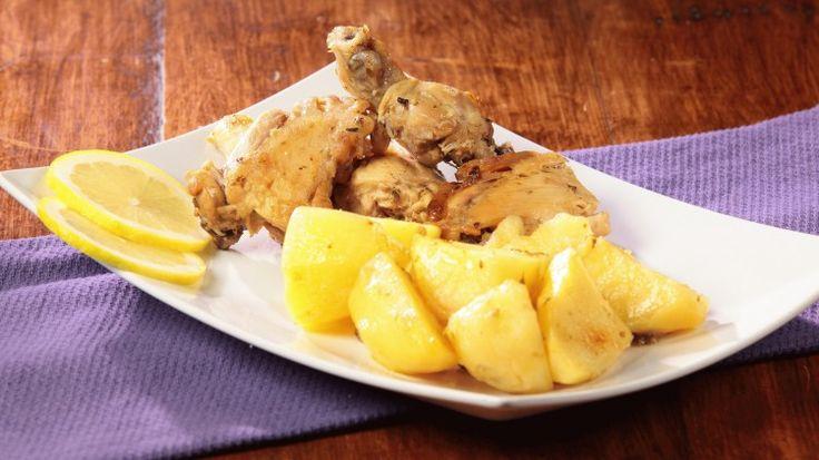 Ricetta Pollo al limone con patate: Un pollo al limone un po' speciale...non la solita scaloppina al limone bensì un pollo a pezzi aromatizzato con aglio, origano, brodo di pollo e l'immancabile succo di limone. Il pollo non è solo ma è accompagnato e completato dalle patate che, cuocendo insieme al pollo stesso, raccoglieranno tutti i sapori e gli aromi presenti nella casseruola.