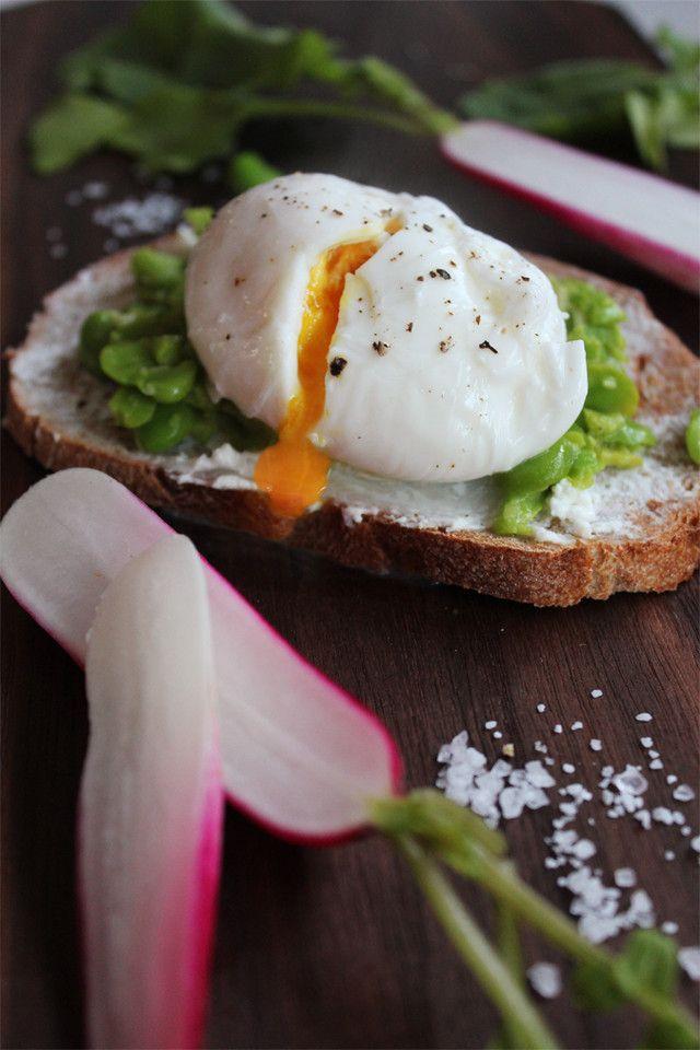 tostas com queijo de cabra, favinhas e ovo escalfado, uma entrada ou um prato principal? | casal mistério | Bloglovin'