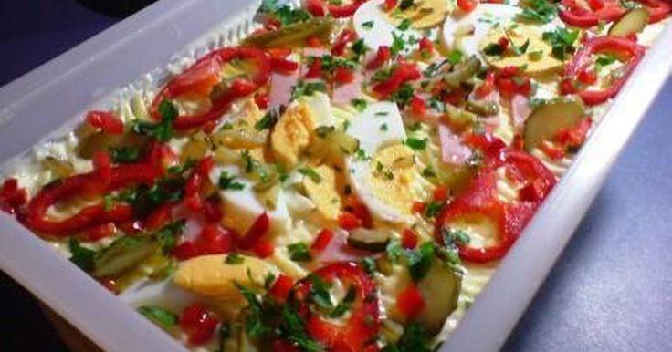 Εξαιρετική συνταγή για Πεντανόστιμη Γερμανική πατατοσαλάτα!. Ειναι μια πεντανοστιμη και χορταστικη πατατοσαλατα, ενα πιατο με χρωμα που πρεπει να δοκιμασετε. Λίγα μυστικά ακόμα Τα αυγα τα κοβουμε στα 4 γιατι ποιο μικρα κομματια θα διαλυθουν. Εαν θελουμε τα βαζουμε στο τελος με τη μαγιονεζα. Επισης μπορουμε να μοιρασουμε το κρεμμυδι με μισο φρεσκο.