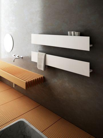 Un radiateur sèche-serviettes discret dans une salle de bains zen