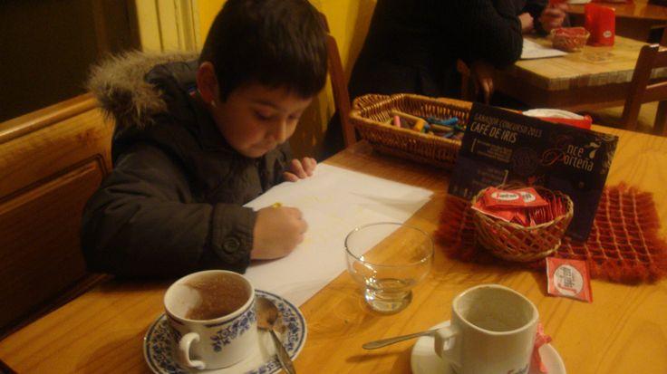 El Alonso dibujando en el Café de Iris Paseo atkinson 110 Cerro Concepción Valparaíso, Chile