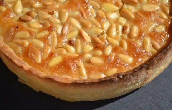 TARTE AUX PIGNONS (fond de tarte aux amandes, crème aux amandes et pignons, caramel)