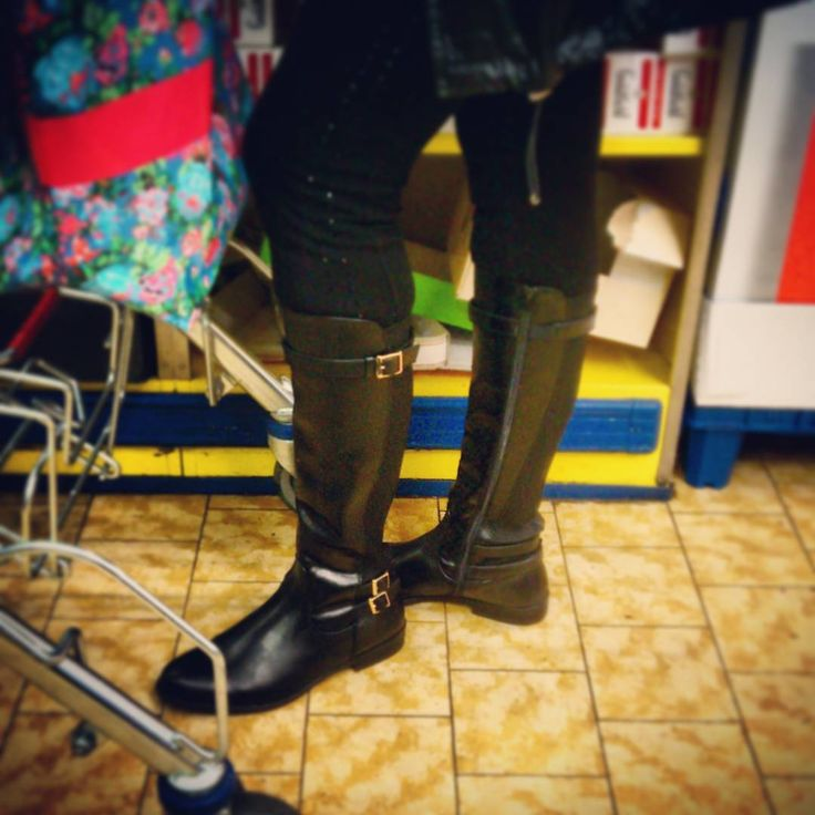 SchnallenMaus #streetshot #creepshot #voyeur #candidshot #candid #candidgirl #boots #stiefel #fetish #streetstyle #outfit #shoeporn #shoestagram #shoesaholic #berlincitygirl #girlinboots #girlinheels #girlnextdoor #noheels #flatboots #kneehighboots #leather #leatherboots #lackleder #lackstiefel