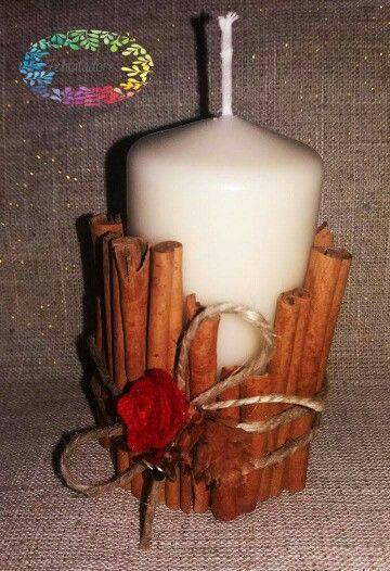 Candela natalizia decorata con la cannella...
