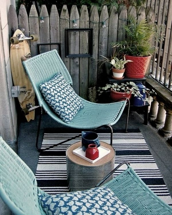 kleiner balkon design ideen rustikaler look liegesessel rattan