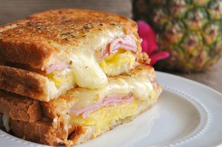 Este queijo grelhado está estourando com queijo Jack, abacaxi e bacon canadense !!  Gostos, como uma pizza havaiana!