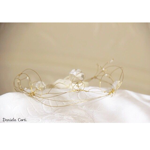 Golden wire crown and vintage cristals for a bride by Fili di poesia