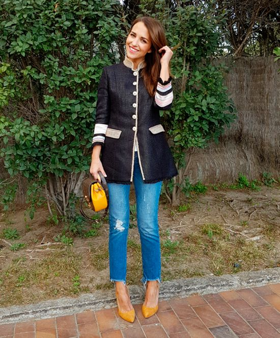 Tras la pista de Paula Echevarría » MOSTAZA. White blouse+straight-leg cut-out jeans+mustard pumps+black army style linen jacket+mustard Louis Vuitton crossbody bag. Spring Dressy Casual Outfit 2017