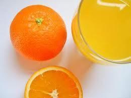 Receptbázis - Narancskrémleves - 3-4 db nagy narancs 1 l narancslé (lehetőleg 100 %-os),2 dl tejszín 10 dkg cukor,1 vaníliás cukor vagy kevés vanília aroma 2 ek liszt,1 tk reszelt narancshéj,fahéj, szegfűszeg, csipetnyi só (gyömbér, ha szeretjük),2 ek liszt, - fűszerekkel összekeverjük,narancsokat meghámozzuk,narancs héjával,félretett narancslével,leszűrt narancslevet,tejszínes habarást,felkockázott narancs,tányérokba elosztjuk,levest melegen,tetejére szórjuk,, 1-2 narancs héját…