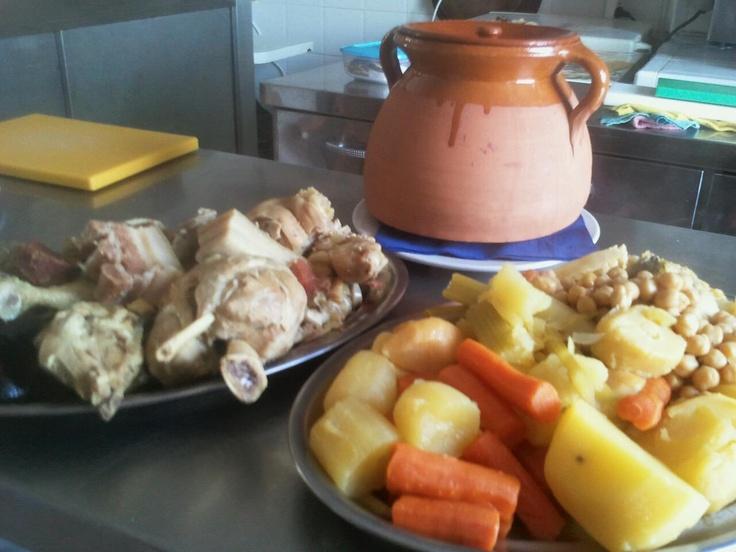 Un buen cocido, en una olla de barro, plato típico de ESPAÑA/SPAIN, para chuparse los dedos