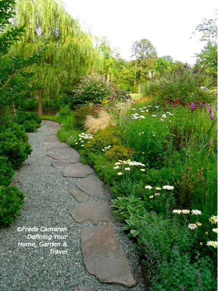 Love the gravel path with flagstones along one edge, gives it lots of interest.
