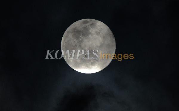Bulan purnama penuh atau supermoon diabadikan di atas langit Jakarta, Minggu (10/8/2014). Fenomena supermoon ini terjadi saat bulan mencapai titik terdekat dengan bumi dengan jarak 357.000 kilometer dari biasanya pada jarak 384.000 kilometer. Kondisi ini membuat bulan tampak sepuluh persen lebih besar daripada bulan purnama biasa