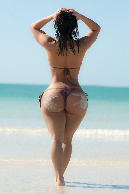 Gostosa de bunda grande na praia
