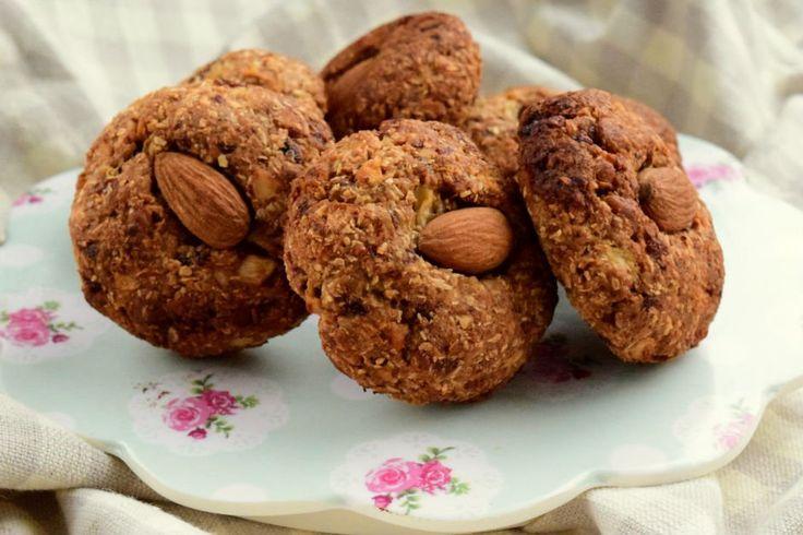 Rafine şekersiz, lezzeti tam kıvamında, çayın kahvenin yanına vicdan yapmadan rahatlıkla yiyebileceğiniz elmalı yulaflı kurabiye tarifi.