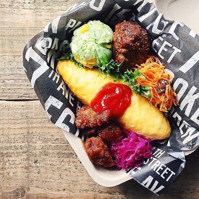 ˘̈ オムライスおべん*ϋ* ˘̈ オムライスにハンバーグに唐揚げに…… 晩ご飯より豪華な内容 下にひいてるのは100均(seria)で買ったクッキングシートです。 ˘̈ ハッピーフライデーꉂ∖ꇎ͡∕∖ꇎ∕  #tami弁