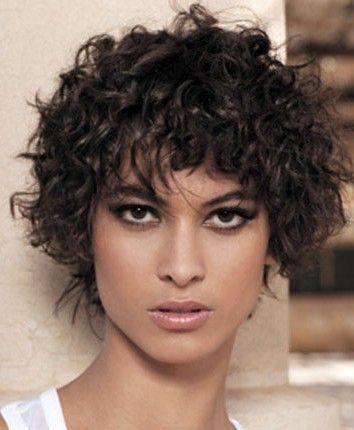 Los rizos cortos, siempre están de moda,le dan un toque muy femenino y sensual a la mujer suavizando sus rasgos. Los cortes de pelo corto p...