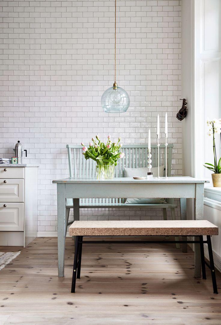 Emilia och Erik Lindmark är paret bakom det norrländska glasögonmärket EoE. Sedan några år bor de i Stockholm, i en lägenhet kryddad med norrländska detaljer.
