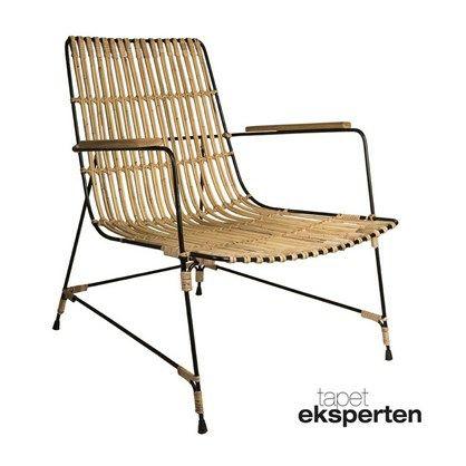 Superlækker og elegant lænestol i naturfarvet rattan. Stolen har sort pulverlakeret stel med gummifødder, samt armlæn i massivt teaktræ. Til trods for det lidt spinkle udseende tåler denne stilfulde lænestol en vægtbelastning på 100 kg.