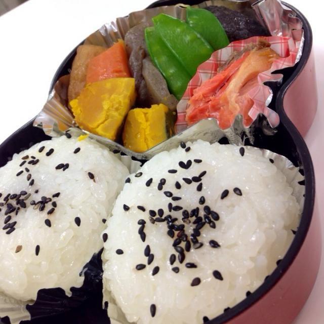 今日の朝ごはんはおにぎりと煮物のお弁当  おにぎりに海苔を巻いて召し上がれ〜( ´ ▽ ` )ノ  ってな事でお仕事頑張りやす✌️ - 46件のもぐもぐ - ✨おにぎり弁当✨ by Jun1Nakada