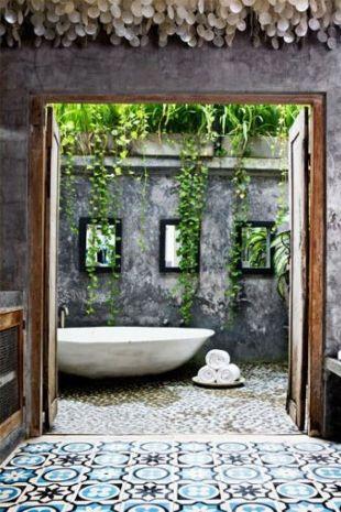 Salle de bain mosaïque et plantes