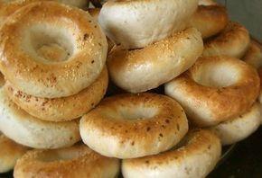 Recept på Bagels. Enkelt och gott. Bagels är en form av bröd som vanligtvis är runda med hål i mitten. De har en kompakt och tät struktur och passar utmärkt som bas till olika smörgåsar. Det som gör dem så speciella är att den färdigjästa degen kokas, innan bröden gräddas färdigt i ugn. Detta gör att de sväller upp och får en slät och fin yta. Till degen kan man använda färsk jäst eller torrjäst. Torrjäst ger en något mer neutral smak, men då måste man komma ihåg att värma degvätskan lite…