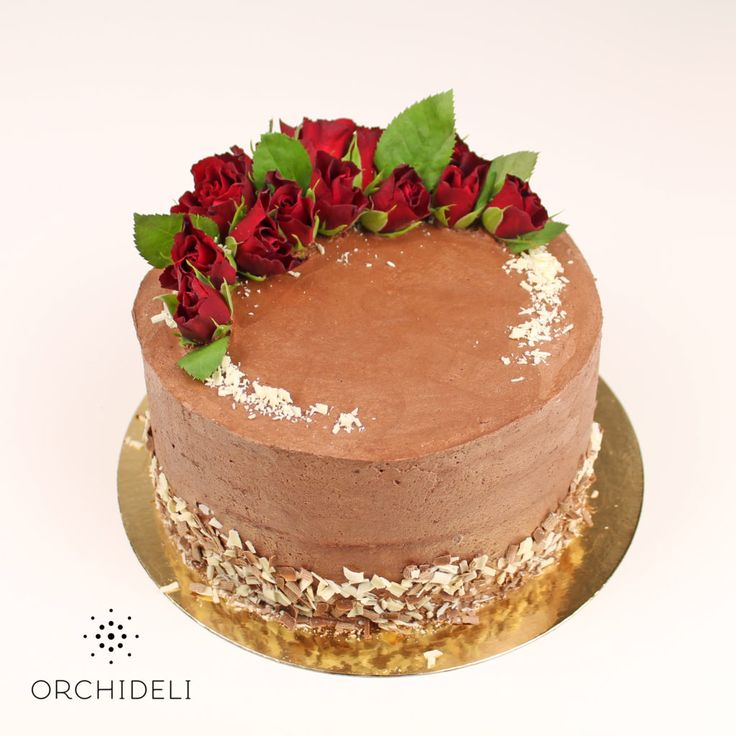 Orchideli – tort czekoladowy dekorowany świeżymi kwiatami, czerwonymi różami, chcolate  bithday cake without fondant with decoration of fresh red roses