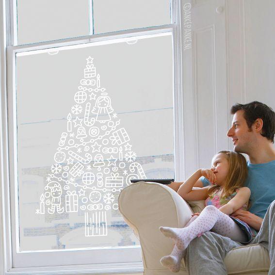 Heb je een klein appartement/kamer maar wil toch wel een gezellige kerstboom? Teken er dan een op je raam! Neemt helemaal geen ruimte in en is makkelijk weer te verwijderen als je er mee klaar bent. Deze #raamtekening is heel geschikt voor grote ramen of etalages.